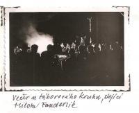 Oblastní lesní škola Jiráskovy oblasti - srpen 1946 - Večer u táborového kruhu, stojící Milota Fanderlik