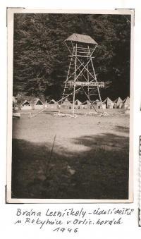 Oblastní lesní škola Jiráskovy oblasti - srpen 1946 - brána lesní školy - Údolí dešťů u Rokytnice v Orlických horách 1946
