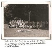 Oblastní lesní škola Jiráskovy oblasti - srpen 1946 - účastníci LŠ Jiráskovy oblasti 1946, já u pravého křídla tee-pee nad křeslem s br. Feiglem