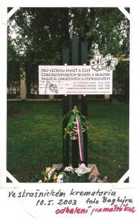 Ve strašnickém krematoriu 10. 5. 2003 - odhalení památníku