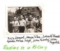 Květen 1945 - Řadíme se u Krčmy - Boža Strauch, Honza Tůma, Zdeněk Streubel, vzadu Míra Hejl, Jirka Bischof, Véna Propilek