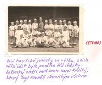 Žáci hasičské jednoty za války, z nich větší část byla po válce též skauty. Žákovský oddíl vedl bratr Karel Krátky, který byl rovněž skautským vůdcem
