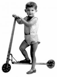 Richard Jung jako dítě na koloběžce