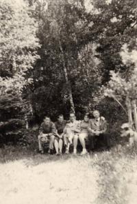 zleva: Richard Jung, matka, matčin bratr (bývalý osvětimský vězeň), Jungova sestra a otec