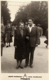 Richard Jung s matkou v roce 1948, před Jungovou emigrací, poslední společné setkání
