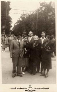 Rodinné foto. Den, kdy Jung odjíždí do exilu. Zleva: Ladislav Jung s manželkou, matčin bratr se ženou, Richard Jung se sestrou