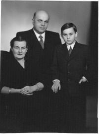 Tomáš Halík s rodiči v roce 1958