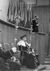 Tomáš Halík při promoci na FF UK v roce 1972