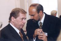 Tomáš Halík s Václavem Havlem na Pražském hradě 1999