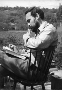 Tomáš Halík při četbě v roce 1975