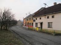 Uprostřed dům Svatavy Kubíkové (Markové) v Zákřově, ve kterém byl 18. dubna 1945 zatčen bratr a otec-únor 2011