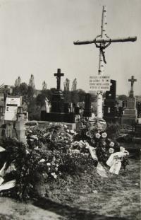 Hromadný hrob zavražděných mužů v Tršicích v roce 1945