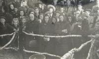 Pozůstalí v lese u Kyjanic, kde byli zavražděni a spáleni muži ze Zákřova-1945