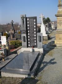 Hromadný hrob zavražděných mužů při zákřovské tragédii v Tršicích-2011