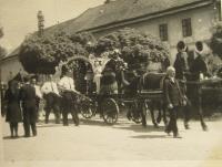 Pohřeb zavražděných mužů při zákřovské tragédii-14. května 1945, Tršice