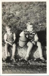 Jaromír Ulč s bratrem, vpravo s vinným demižonem