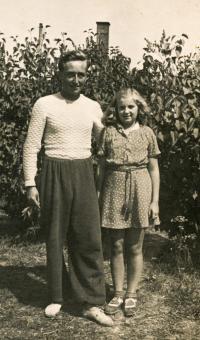 Dana Vargová se strýcem, cca 1944