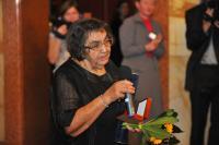 """Emilie Machálková dostává medailí """"Za svobodu a demokracii"""" (2012)"""