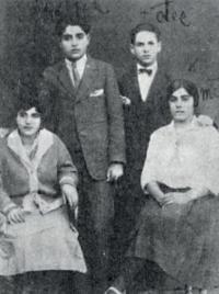 Rodinná fotografie (rodiče Emílie Machálkové Rosína a Antonín vlevo) z předválečné doby