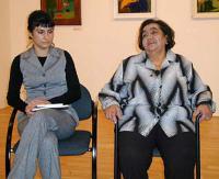 Karolína Kozáková (vlevo) a Emilie Machálková, autorky knihy Memoáry romských žen (2005)