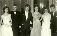 Fotografie z plesu (strýc pamětnice zcela vpravo)