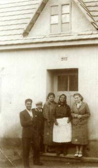 Rodinné foto před domem