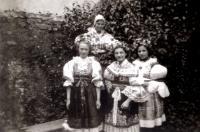 Erika Friedová s přáteli ve folklórních krojích