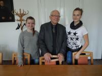 Pavel Fried při setkání se žáky - společná fotografie
