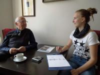 Pavel Fried při setkání se žákyněmi