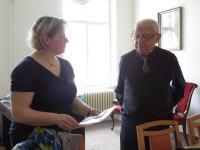 Pavel Fried při setkání se žáky a jejich učitelkou
