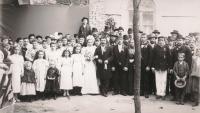 Fotografie ze svatby Karla Urbánka a Berty Weber před kostelem čtvrti Galata
