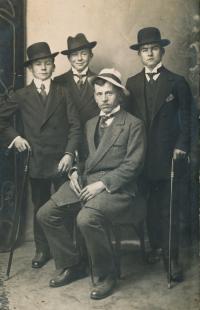 4-Otec pamětnice Josef Charvát s kamarády