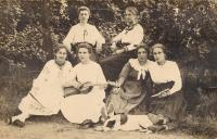 7-maminka pamětnice  - Anastázie ( s mandolínou) v kruhu kamarádek