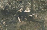 9-maminka pamětnice Anastázie (vlevo)