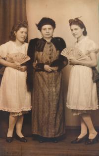 x13-maminka pamětnice Anastázie (uprostřed) v divadelní úloze