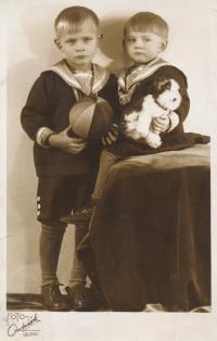 x15-Lubomír Charvát (bratr) a pamětnice na začátku třicátých let 20. stol.
