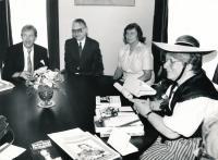 x17-Pamětnice (3. zleva) na Hradě u V. Havla; Česká sekce Společnosti  pro lidská práva, zcela vpravo zástupkyně Švýcarské sekce)