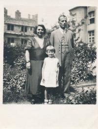 x24 - Pamětnice se svými rodiči v Praze na Všesokolském sletu (1938)
