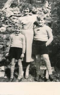 x26 -Pamětnice se syny Josefem a Petrem v r. 1956