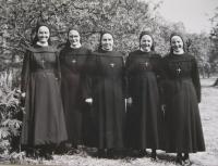 Provinční správa Milosrdných sester sv. Kříže v roce 1971, S. Alena Tkadličková,S. Pavla Křivánková, S. Salesie Bínová, provinční představená S. Benediktína Horáková, S. Bernadette Růžičková