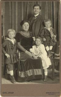 The Kubík family - father with his parents and siblings