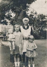 Na zahradě v Bráníku, 1930