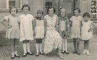 Po vystoupení Orla, Jitka první zleva, 1937