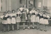 """Vystoupení """"Orla"""" pro veřejnost, Jitka druhá zprava, 1937"""