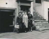 Setkání spoluvězenkyň ze Železoviec, zleva do prava Helena Nestrojílová, Jitka Malíková, Jaroslava Pečová, 1963