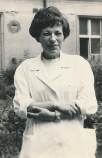 V laboratoři na 3. interně, 1969