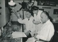 Při práci v laboratoři na 3. interně, 1977