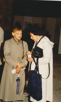 JItka Malíková na vernisáží s Jarmilou Krcálovou, 1992