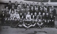 Žák obecné školy na Palmovce (dole, třetí zleva), asi 1939