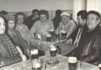 Antonín Svoboda v hospodě někdy v 80 letech s kumpány z židenického mlýna
